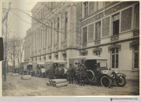 Ambulances and drivers of the Ris-Orangis, 1916.